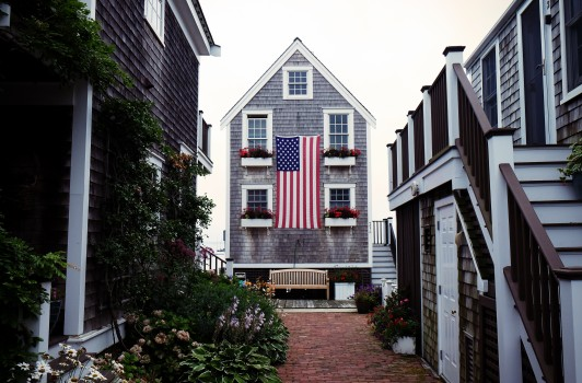 Bench-courtyard-flag-4869-532x350