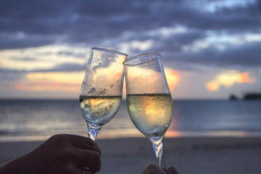 Beach-champagne-clink-glasses-2145-525x350